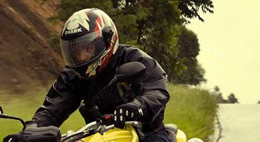 motociclistas-devem-manter-viseira-abaixada-mesmo-no-calor