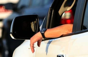 pratica-de-dirigir-com-o-braco-para-fora-do-veiculo-e-ilegal