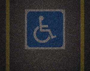 deputados-avaliam-aumentar-multa-para-quem-estacionar-em-vaga-de-idoso-ou-deficiente