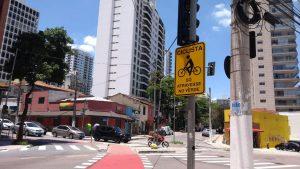 denuncia-semaforo-para-ciclistas-em-sp-e-visivel-apenas-para-pedestres-e-veiculos