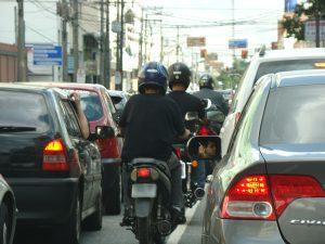 projeto-proibe-transito-de-motos-nos-corredores-entre-faixas