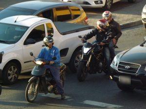 carona-na-moto-sem-capacete-e-permitido-ou-nao