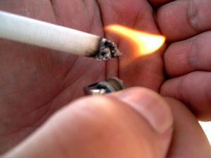 proposta-proibe-motorista-de-fumar-dirigindo