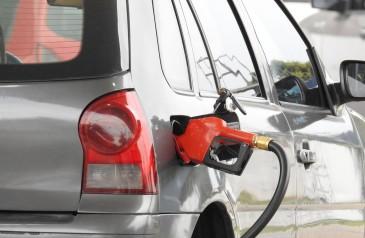 com-precos-mais-altos-venda-de-combustiveis-cai-6-no-primeiro-semestre-diz-ibge