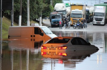 teve-o-carro-atingido-por-uma-enchente-saiba-o-que-fazer