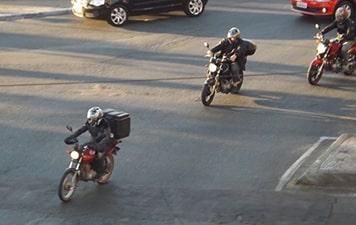 pesquisa-mostra-que-44-dos-motociclistas-admitem-usar-o-celular-enquanto-pilotam-min
