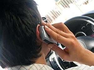 um-em-cada-cinco-brasileiros-afirma-dirigir-usando-o-celular-min