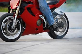 dia-do-motociclista-estudo-aponta-erros-comuns-que-podem-acabar-em-acidentes-min