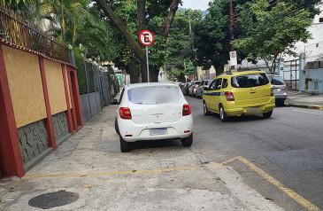 estacionamento-na-calcada-infracao-e-desrespeito-min